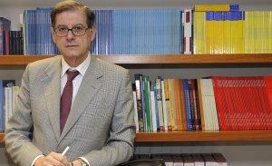 Joaquín Aranda, jefe del Servicio de Estudios de Cajamurcia, en su despacho. GUILLERMO CARRIÓN / AGM